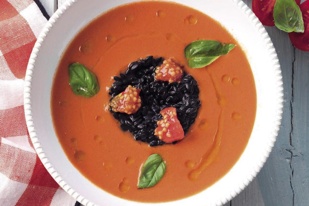 Vellutata-di-pomodori-e-fragole-con-finto-riso-nero